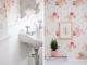 Badrumsinspiration - Liten blommig gästtoalett med pärlspont och turkost golv, gammeldags tvättställ och tavla.