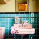 Badrumsinspiration - Retrobadrum från 1950-tal med turkos kakel och rosa tvättställ