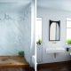 Badrumsinspiration - retro badrum med marmor, mässing och svart tassbadkar i New York 1950tal