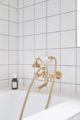 badrumsinspiration danskt badrum standardkakel vittx inbyggt badkar badkarsblandare massing row house fredericksberg anders barslund architect badrumsdrommar