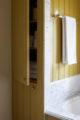 badrumsinspiration lantligt badrum inbyggt badkar toppskiva carrara parlspont platsbyggd forvaring charleston carriage house g p schafer architect badrumsdrommar