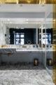 badrumsinspiration klassiskt badrum calacatta boudoir sminkbord stor spegel fiskbensmonster marmor ostermalm villastaden kladkammare petroleum foto perjansson