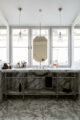 badrumsinspiration klassiskt badrum calacatta halvkaklat tvattstall spegelskap fiskbensmonster marmor ostermalm villastaden master sovrum vindvaning foto perjansson