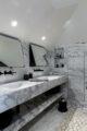 badrumsinspiration klassiskt badrum calacatta hyllnisch dubbel tvattstall ostermalm villastaden master sovrum vindvaning foto perjansson